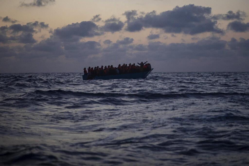 Un gommone di naufraghi eritrei ed egiziani salvati dalla Open Arms nel Mediterraneo l'8 settembre 2020