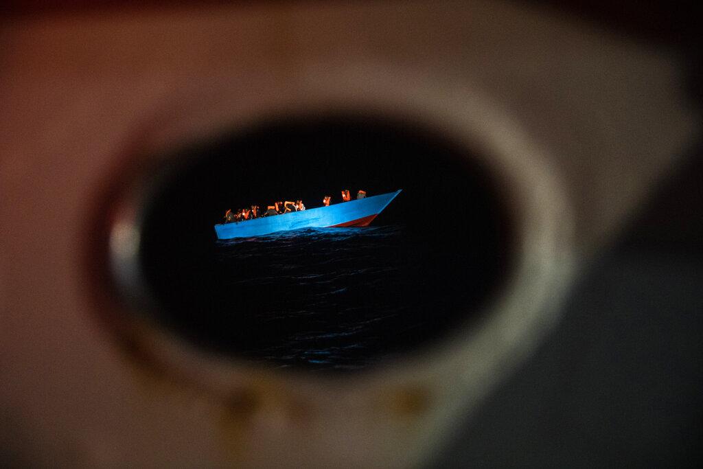 Un'imbarcazione di migranti prima del soccorso