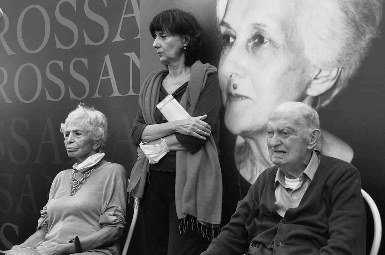 24 settembre 2020, saluto in piazza a Rossana Rossanda: da destra Emanuele Macaluso, Norma Rangeri e Luciana Castellina