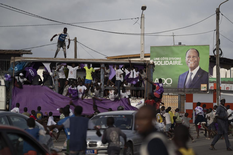 Abidjan, sostenitori dello sfidante Kouadio Konan Bertin sotto un poster elettorale del presidente Alassane Ouattara
