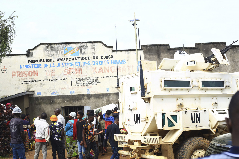 Un mezzo Onu davanti alla prigione centrale di Béni dopo l'attacco