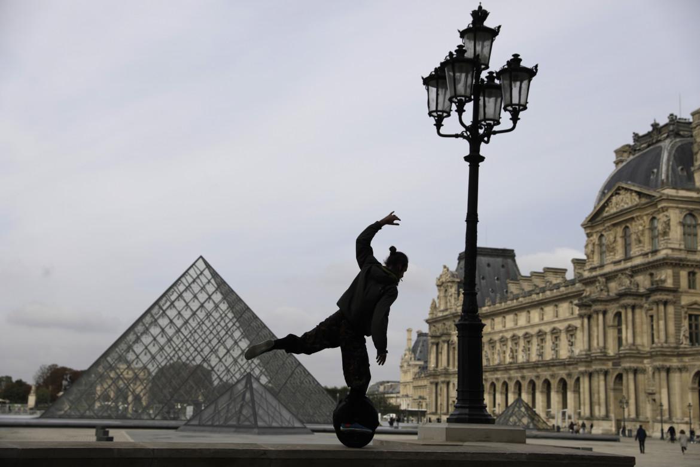 Sull'hoverboard nel cortile deserto del Louvre