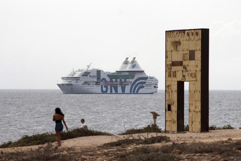 La nave quarantena Gnv Rhapsody vicino l'isola di Lampedusa