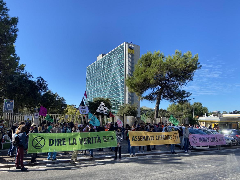 La protesta di XR a Roma davanti alla sede dell'Eni