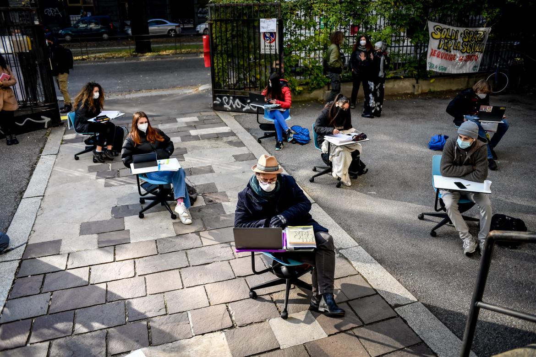 Milano, lezioni nel cortile del Liceo Bottoni per protestare la didattica a distanza