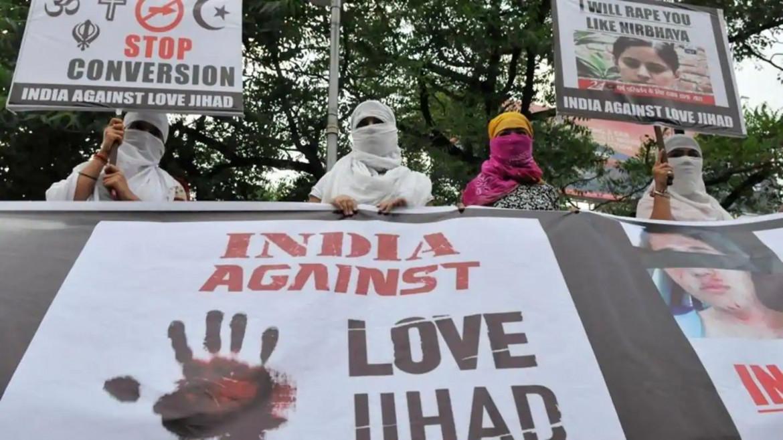 La protesta di un gruppo di donne hindu contro la presunta Love Jihad