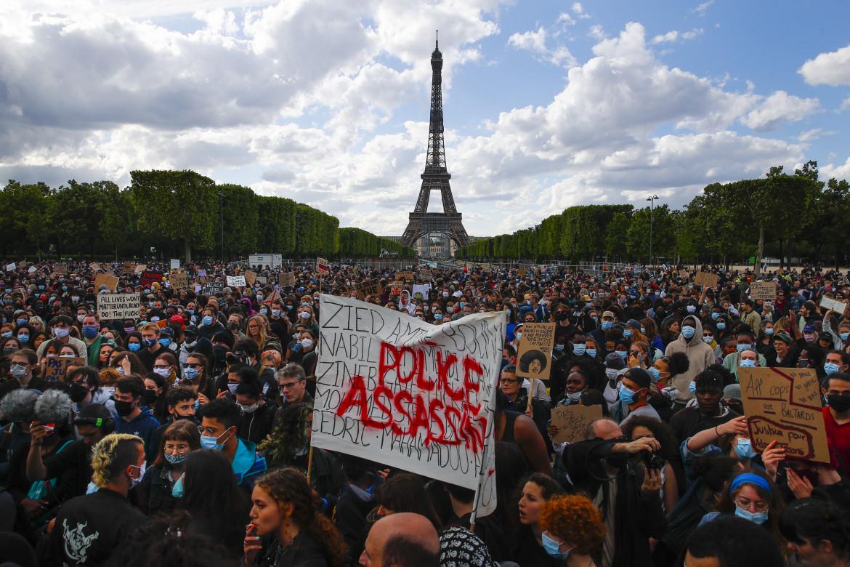 Manifestazione sotto la Torre Eiffel Tower contro la legge sulla «sicurezza globale»