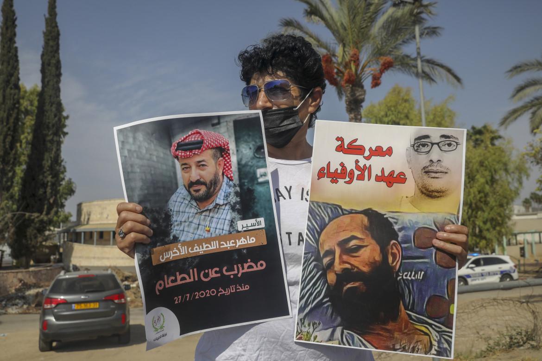 Protesta in solidarietà con il prigioniero palestinese Maher al-Akhras, fuori dal carcere di Ramla