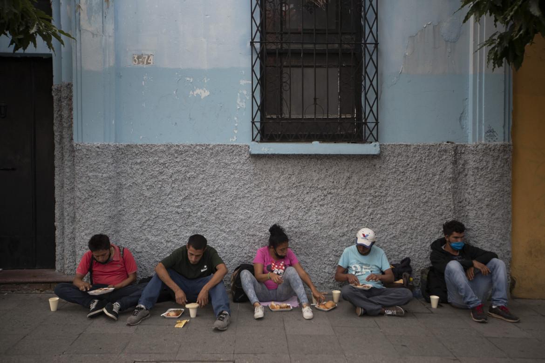 La mensa informale della Olla Comunitaria che ha funzionato per 5 mesi di fronte al bar Rayuela di Città del Guatemala