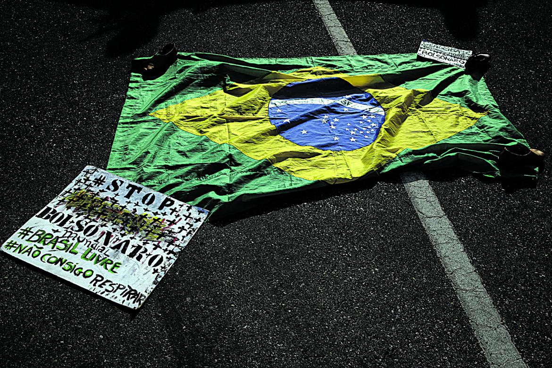 «Stop Bolsonaro», #Libera il Brasile #Non posso respirare... E una bandiera brasiliana abbandonata dopo una protesta a San Paolo