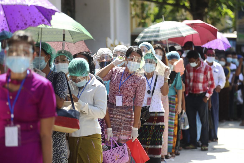 In coda per votare in un seggio di Yangon