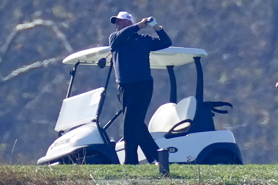 Donald Trump impegnato in una partita nel suo golf club di Sterling