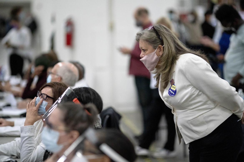 Ispettori del voto durante le elezioni in Michigan