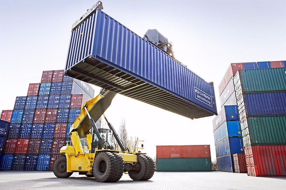 Un container sollevato in un porto mercantile