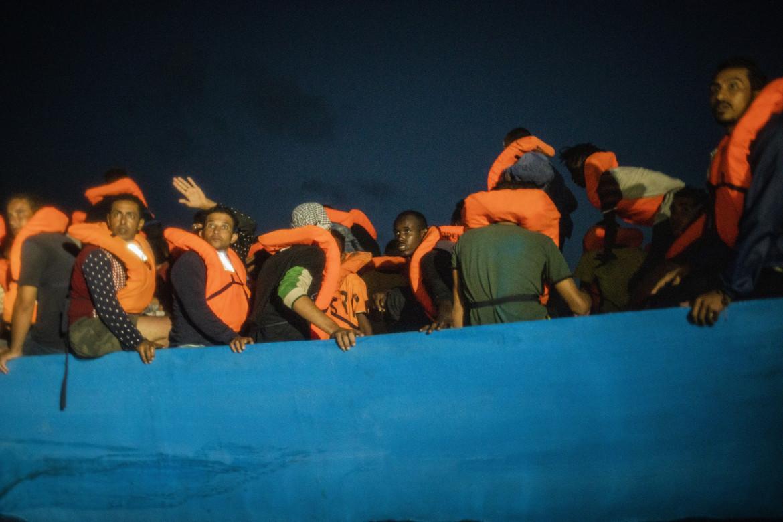 Migranti su imbarcazione in avaria attendono soccorso