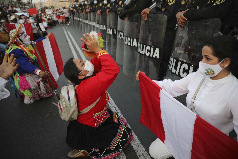 La protesta di fronte al Palazzo del Congresso di Lima blindato dalle forze di sicurezza