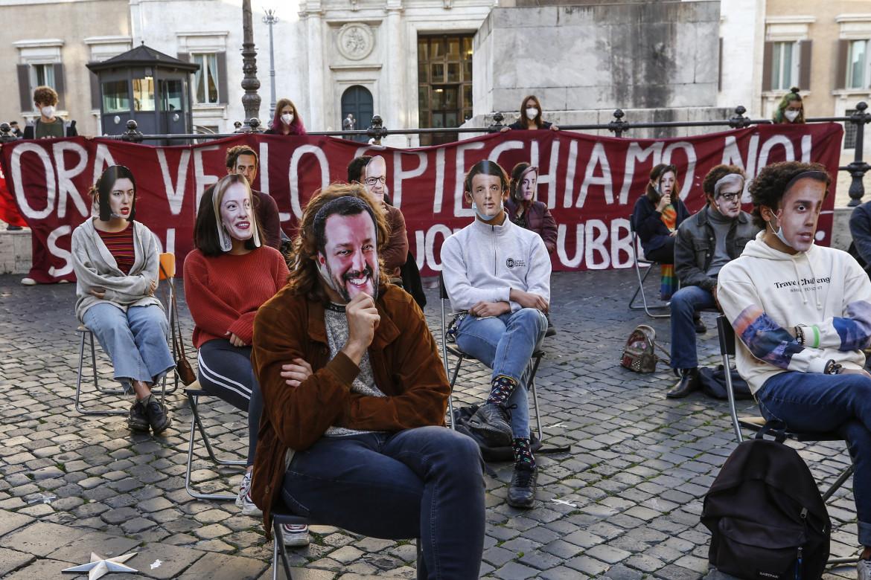 La messa in scena dei politici italiani al tempo del Covid in un recente flash mob studentesco a piazza Montecitorio a Roma