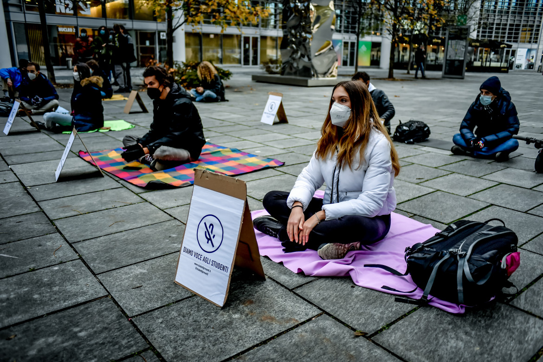 La protesta contro la didattica a distanza a Milano