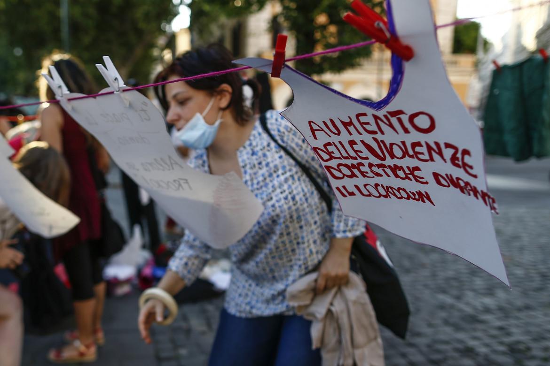 Manifestazione di Non Una Di Meno per i diritti delle donne, foto LaPresse