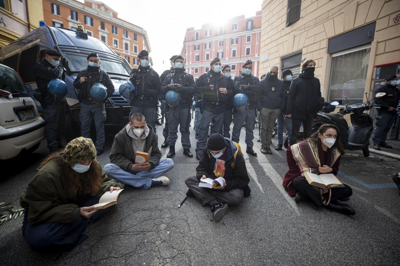 Un momento della protesta durante le operazioni di sgombero del Nuovo Cinema Palazzo