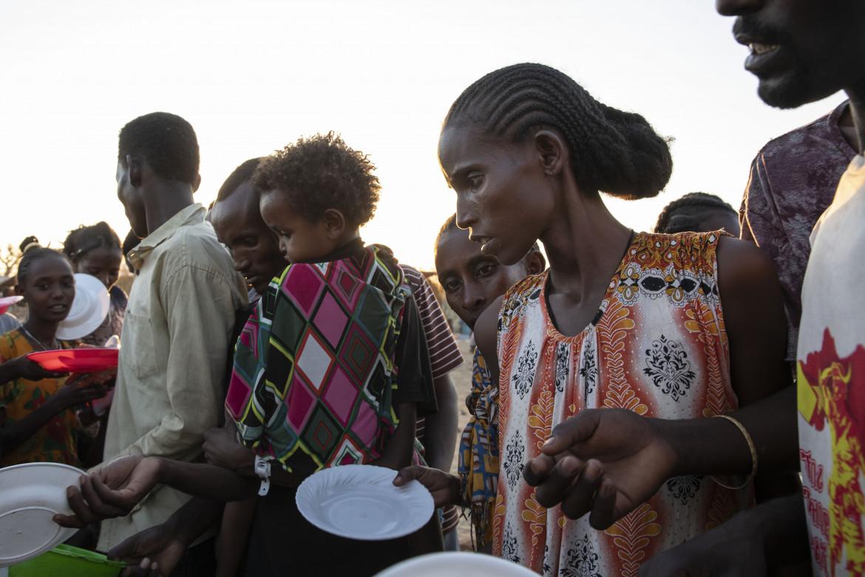 Sfollati in fuga dal conflitto che infuria nel Tigray nel campo di raccolta di Um Rakuba, oltre la frontiera con il Sudan