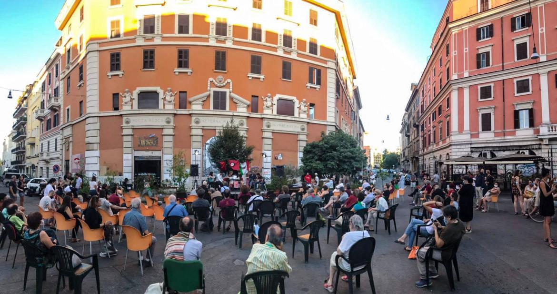 Un'assemblea pubblica davanti  Cinema Palazzo