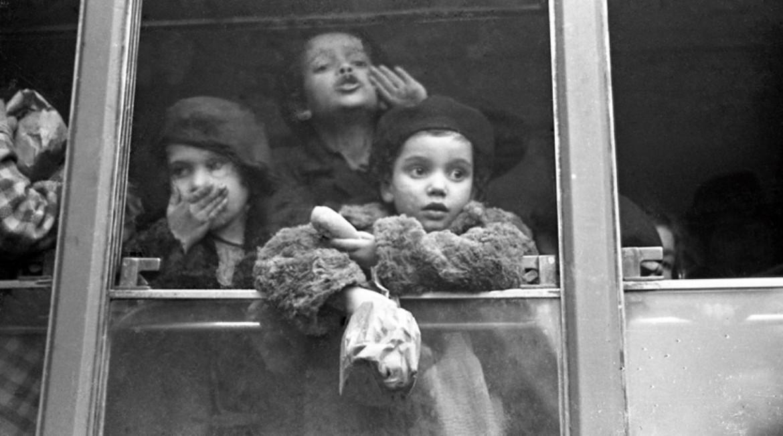 Una immagine  dei «treni della felicità», tratta  da «La settimana Incom»