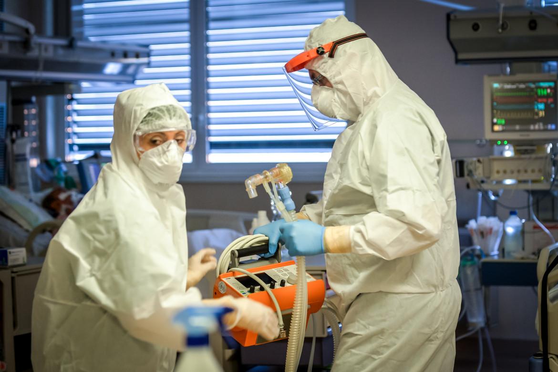 Anestesisti al lavoro in terapia intensiva