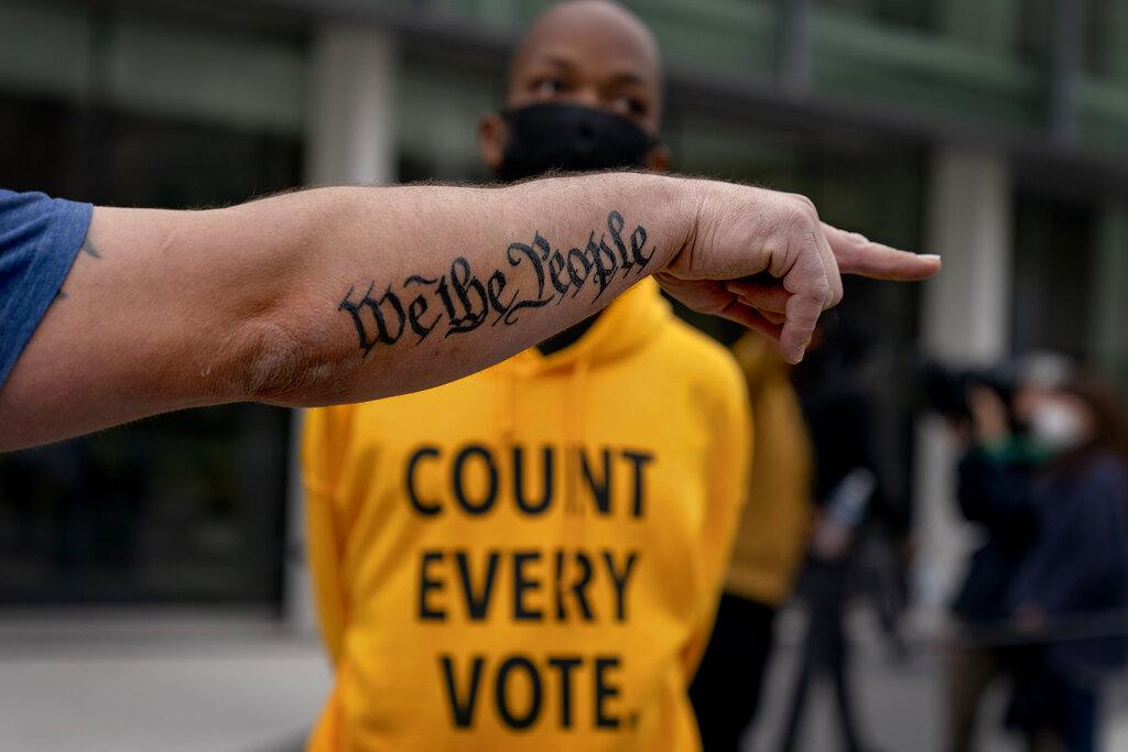 Tatuaggio della frase iniziale della Costituzione americana