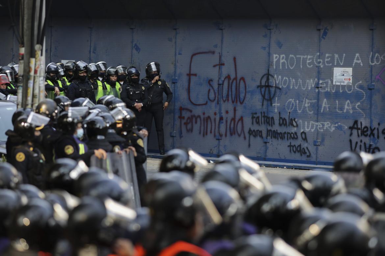 La polizia al corteo delle donne a Cancún