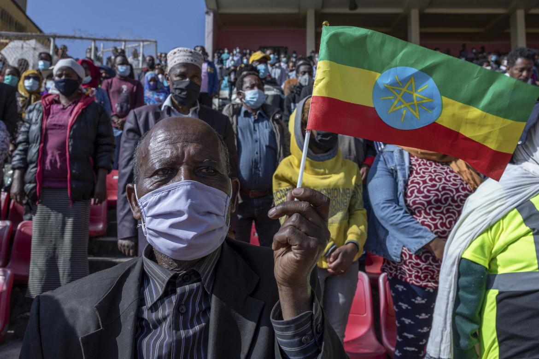 Donatori del sangue per l'esercito al fronte nello stadio di Addis Abeba
