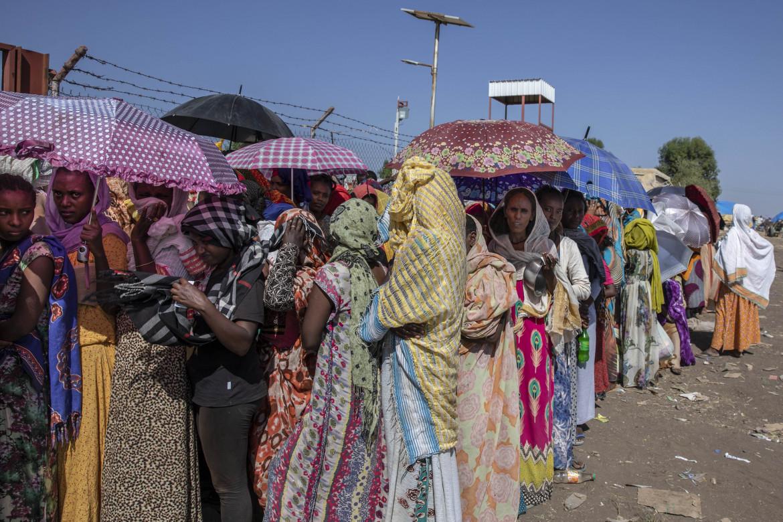 La fila delle donne in fuga dal conflitto nel Tigray al Centro di transito di Hamdayet, Sudan orientale