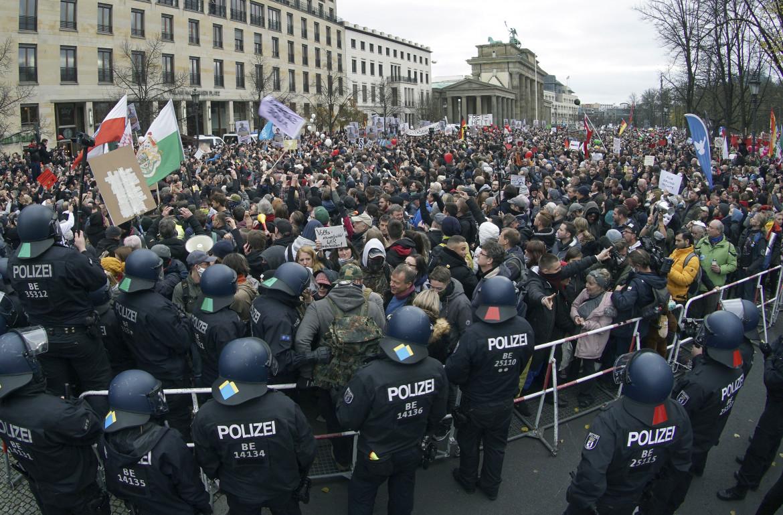 Berlino, la protesta davanti alla porta di Brandeburgo