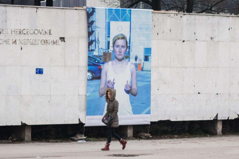 """""""Bosnian Girl 2"""", una performance di Smirna Kulenović allestita davanti al  Museo di Storia della Bosnia Herzegovina nel febbraio del 2018"""