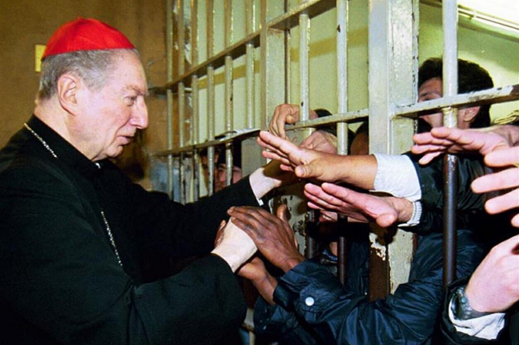 Carlo Maria Martini, scomparso nel 2012, durante una visita ai detenuti di Milano