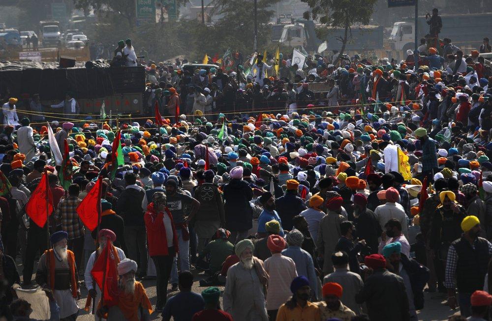 Contadini indiani in marcia verso New Delhi, al confine con lo Stato di Haryana