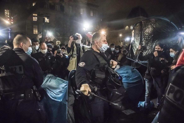 Sgombero violento dei migranti a Parigi