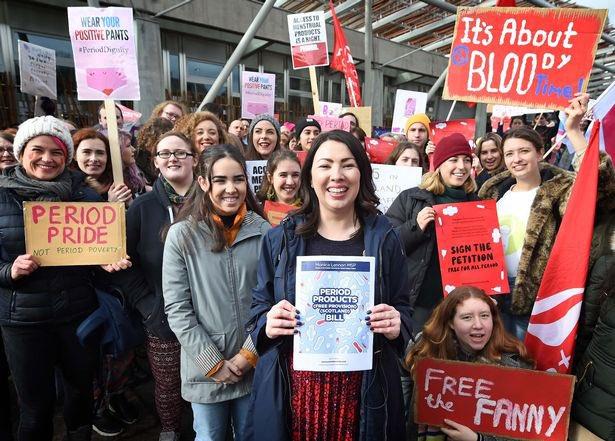 Edimburgo, Monica Lennon alla manifestazione per l'accesso libero agli assorbenti