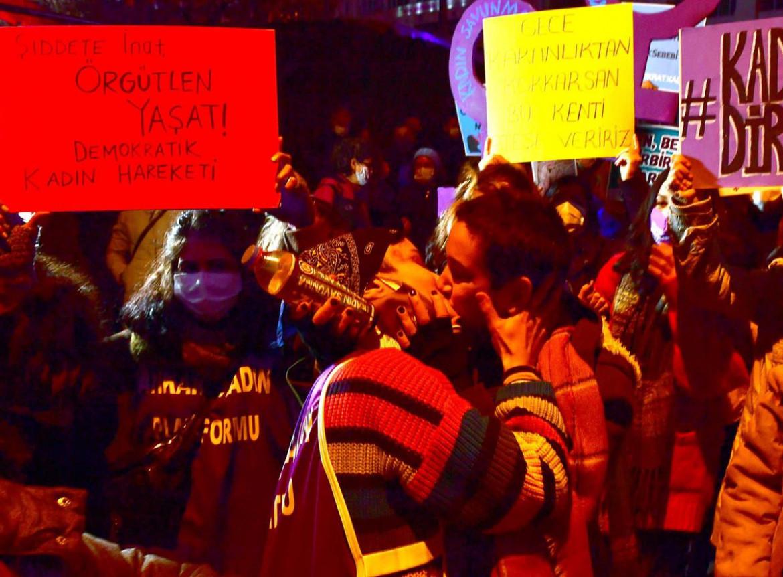 Proteste in Turchia contro la violenza maschile sulle donne.