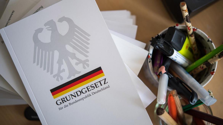 La Grundgesetz (Legge Fondamentale tedesca), in basso l'articolo 3 sulla Spree promenade a Berlino