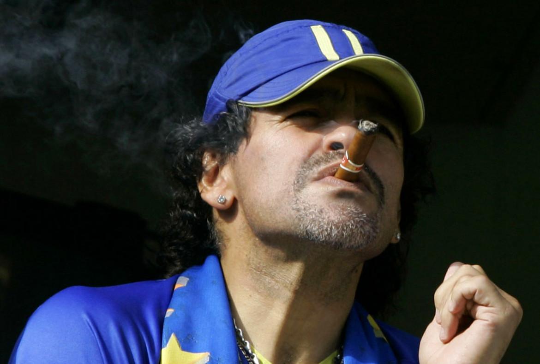 Maradona fuma il sigaro mentre assiste  a un Boca-River del 2006