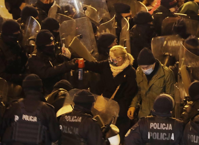 Varsavia, la deputata d'opposizione  Barbara Nowacka accerchiata