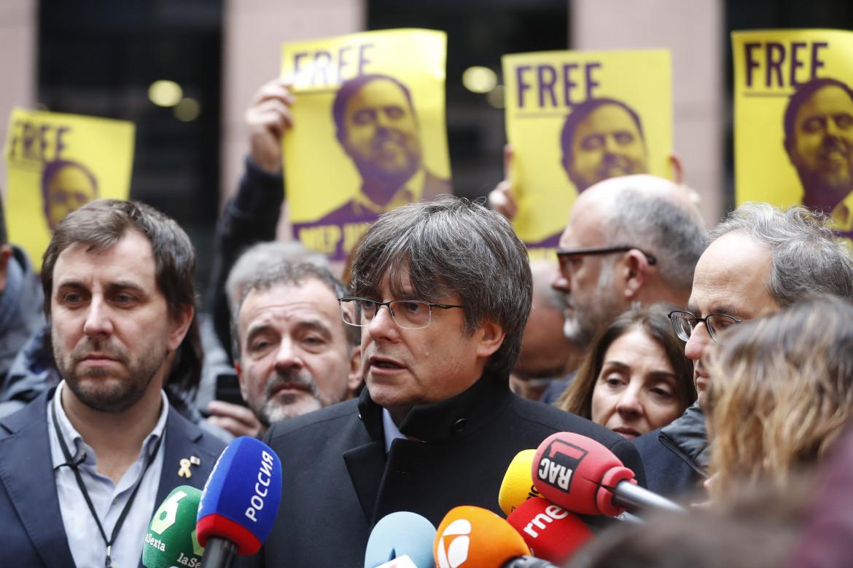 Carles Puigdemont davanti al parlamento europeo di Strasburgo