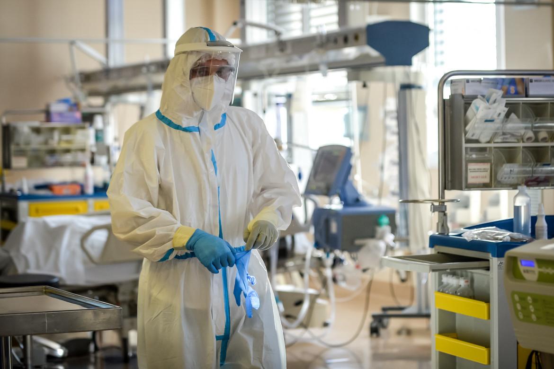 Reparto di terapia intensiva dell'Ospedale di Circolo e Fondazione Macchi di Varese; in basso Alessandro Vargallo