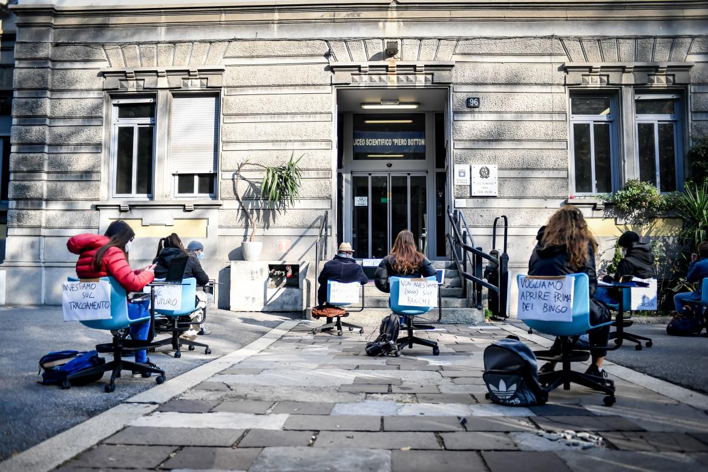 Protesta contro la didattica a distanza nel cortile del liceo Bottoni a Milano