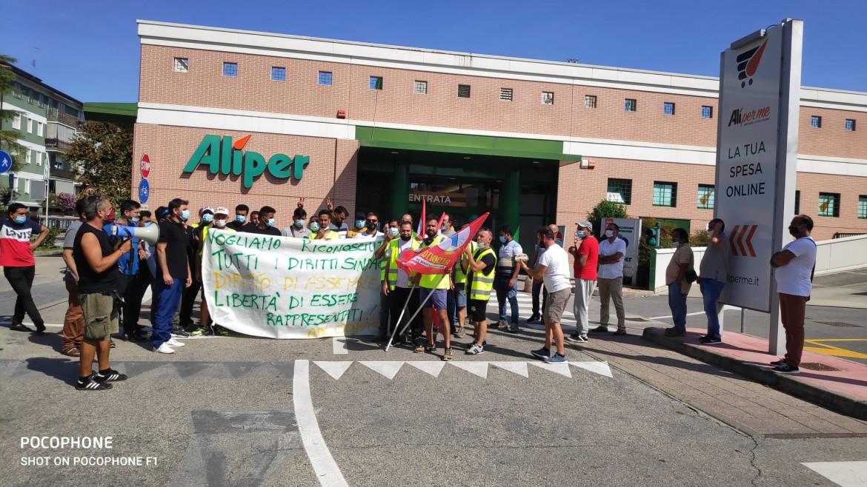 Una protesta dell'Adl Cobas davanti ad un supermercato Alì a Padova