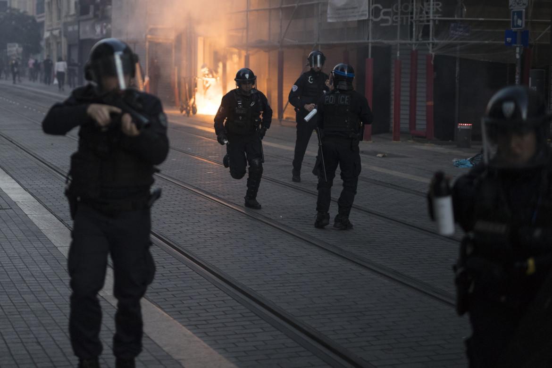 La polizia carica una protesta a Marsiglia