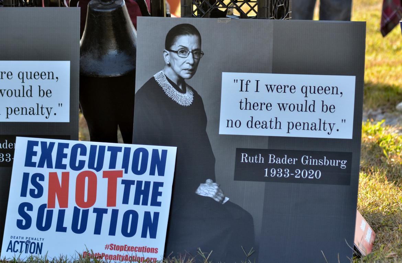 La pena di morte non è la soluzione. Nel cartello si ricorda la posizione abolizionista della giudice della Corte suprema Ruth Bader Ginsburg, che Trump ha sostituito con la reazionaria Amy Coney Barrett