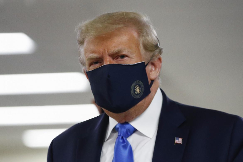 Un insolito Donald Trump con la mascherina durante una visita al centro medico militare Walter Reed a Bethesda, Maryland