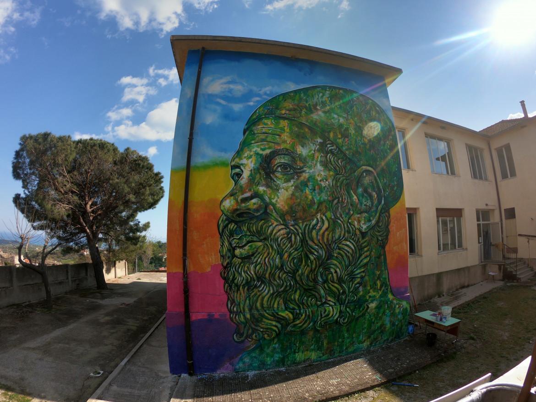 Uno dei cento murales realizzati a Riace negli ultimi anni